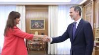 La portaveu de JxCat al Congrés, Laura Borràs, saludant el rei Felip VI aquest dimecres al Palau de la Zarzuela, en el marc de la ronda de consultes sobre la investidura
