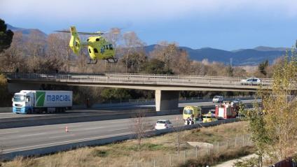 Vista del pont des d'on la mare de les víctimes hauria saltat a l'AP-7, a l'altura de Salt