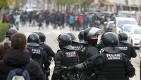 Mossos d'Esquadra i manifestants a Salt, després del desallotjament de l'AP-7 el passa 13 de novembre