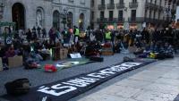 Un moment de la protesta convocada per F4F, aquest divendres a la plaça Sant Jaume de Barcelona