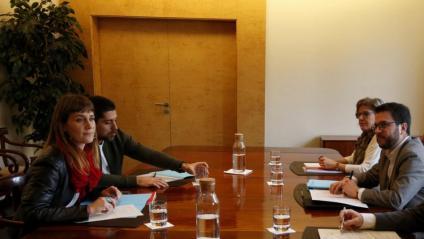 La presidenta del grup de CatECP, Jéssica Albiach, i el vicepresident del govern, Pere Aragonès, durant una reunió al departament d'Economia