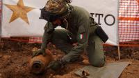 Un artificier mostra la bomba localitzada a Brindisi, després de treure-li l'espoleta