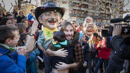 El presentador Quim Masferrer s'abraça a un nen a Tàrrega, aquest diumenge durant un dels actes de 'La Marató' de TV3 i Catalunya Ràdio