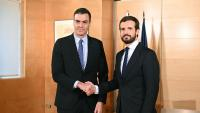 Pedro Sánchez i Pablo Casado, se saluden abans de començar la reunió