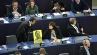 Un uixer fa retirar a l'eurodiputada d'ERC Diana Riba un cartell de suport a Oriol Junqueras, dilluns a Estrasburg