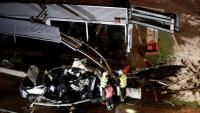 Imatge d'un dels cotxes que ha estat esclafat per l'autobús, aquest divendres a Lizarra