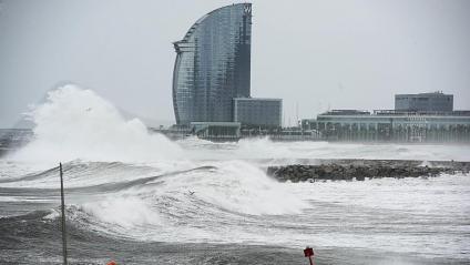 Fortes onades a la platja de la Barceloneta a la zona de l'hotel Vela