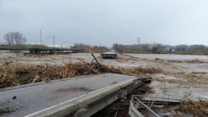 La crescuda del riu Tordera ha trencat un pont entre Blanes i Malgrat