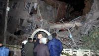 Veïns d'Elazig observen un edifici ensorrat pel terratrèmol