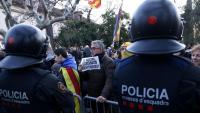 Manifestants en suport a Torra, davant un cordó policial al parc de la Ciutadella