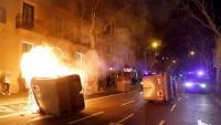 Un contenidor cremat i altres tombats per alguns manifestants, aquest dilluns al centre de Barcelona