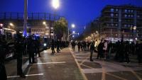 Els manifestants convocats per Meridiana Resisteix tallen l'avinguda a l'altura de Fabra i Puig, aquest diumenge al vespre