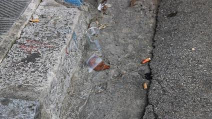Un got trencat i una burilla ensangonada, aquest diumenge a la zona de l'incident