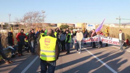 Un piquet informatiu al polígon nord tallant el trànsit a la T-750, durant la vaga al sector petroquímic de Tarragona
