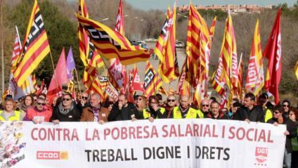 La capçalera de la manifestació de treballadors i representants sindicals camí de la porta d'IQOXE, durant la vaga al sector petroquímic de Tarragona