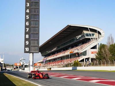 El Ferrari de Charles Leclerc, sortint del carrer de boxs