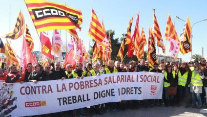 Treballadors i representants sindicals es manifesten durant la vaga al sector petroquímic de Tarragona, aquest dimecres