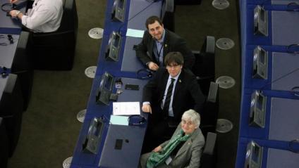 Els eurodiputats Toni Comín, Carles Puigdemont i Clara Ponsatí, al seu escó del Parlament Europeu