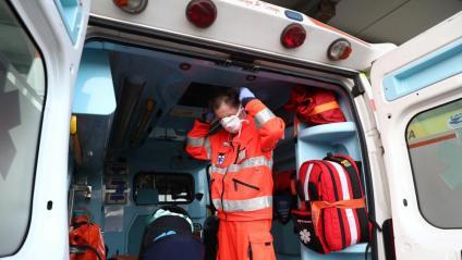 Un infermer amb una mascareta en una ambulància en un municipi del nord d'Itàlia