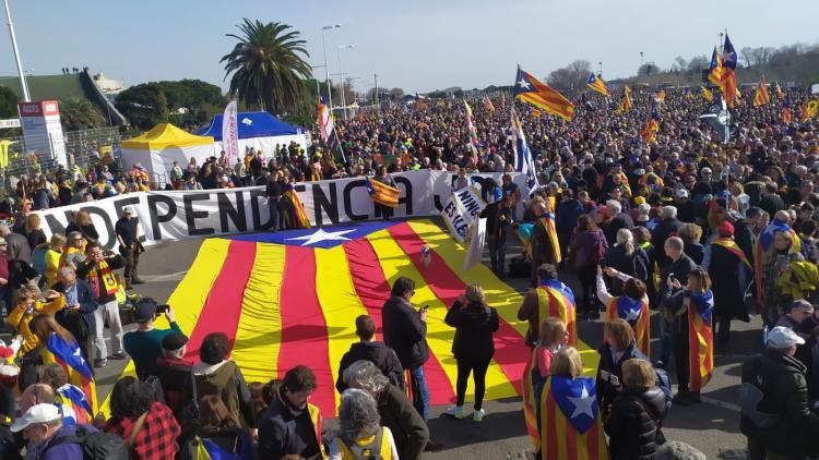 Una estelada enmig dels milers de persones que s'apleguen a l'acte amb Carles Puigdemont a Perpinyà