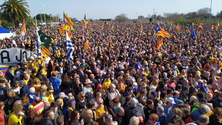 L'esplanada del Parc de les Exposicions plena de gent que ha assistit a l'acte amb Carles Puigdemont, Toni Comín i Clara Ponsatí