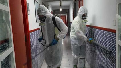 Operaris d'una empresa especialitzada desinfecten una residència geriàtrica, aquest dimecres a Balaguer