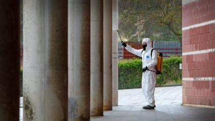 Un operari desinfecta el pavelló on s'ha instal·lat un hospital de campanya, a Igualada