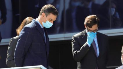El president del govern espanyol, Pedro Sánchez, i el ministre de Sanitat, Salvador Illa, aquest divendres durant la visita a una empresa de Móstoles que ha començat a fabricar respiradors