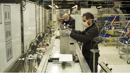Operaris de Seat, treballant en la fabricació del prototip de respirador