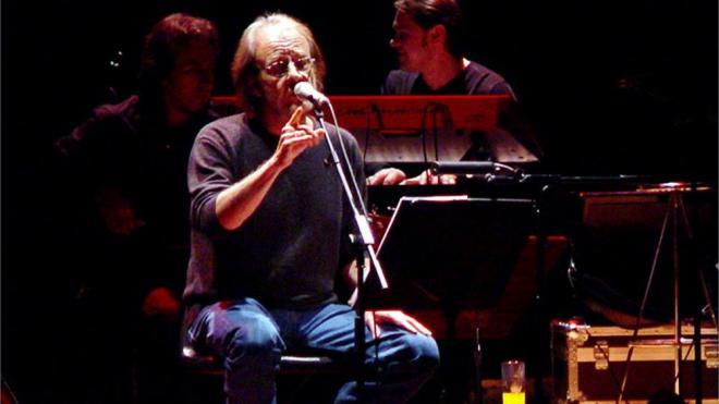 El cantautor Luis Eduardo Aute, en un concert a Terrassa el 2004