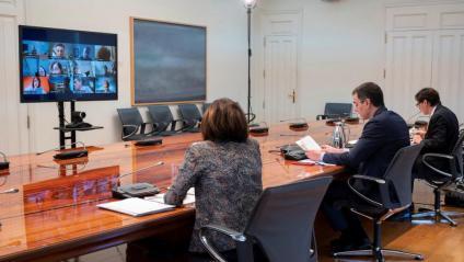 El president del govern espanyol, Pedro Sánchez (c) aquest dissabte a la Moncloa durant la reunió del comitè científic de seguiment del coronavirus amb el ministre de Sanitat, Salvador Illa (d) i la doctora  María José Sierra del CCAES