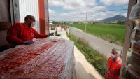 Voluntaris de la Creu Roja descarreguen aliments a l'aeròdrom d'Òdena