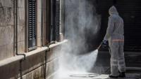 Un voluntari de Protecció Civil desinfecta un edifici, aquest diumenge a Maó