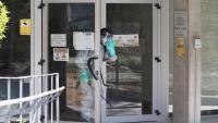 Un bomber desinfecta una residència d'avis, la setmana passada a Barcelona