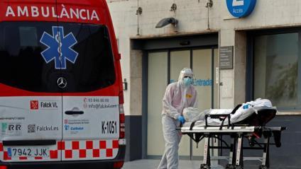 Un tècnic trasllada un pacient a l'hospital de Bellvitge, aquest dilluns a l'Hospitalet de Llobregat