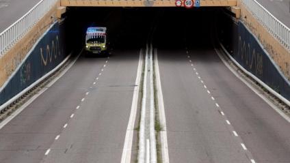 Una ambulància surt d'un túnel, aquest dimarts a València