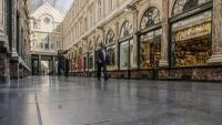 Un home passa davant una botiga de xocolata, aquest dimecres a la galeria Saint Hubert de Brussel·les