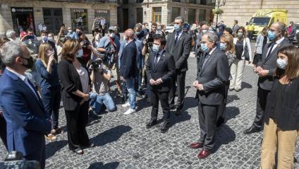 L'alcaldessa de Barcelona, Ada Colau, i el president de la Generalitat, Quim Torra, amb els seus respectius equips durant el minut de silenci d'aquest migdia per les víctimes de la Covid-19