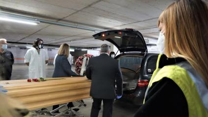 Treballadors del Tanatori de Collserola acomiaden el darrer difunt del dispositiu activat per la crisi sanitària, el passat 17 de maig
