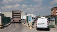 Uns vehicles entren a les instal·lacions d'Avidel, una de les empreses càrnies de Lleida afectades per casos de Covid-19