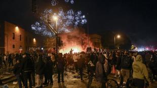 Participants en la protesta observen l'incendi a la comissaria del Tercer Precinte, a Minneapolis