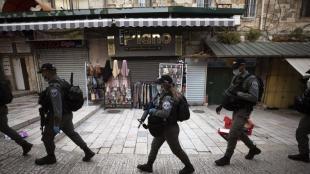Un grup de policies patrulla a la Ciutat Vella de Jerusalem, en una imatge recent