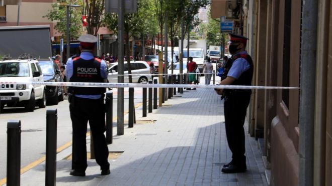 Dos mossos fan guàrdia davant el lloc del crim, a Esplugues de Llobregat