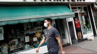 Un home circula amb mascareta al carrer, a Madrid