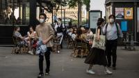 Un cambrer atén els clients amb mascareta, a París