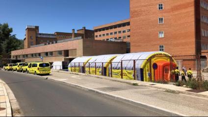 Vista dels mòduls que s'han instal·lat a l'exterior de l'Hospital Arnau de Vilanova, a Lleida