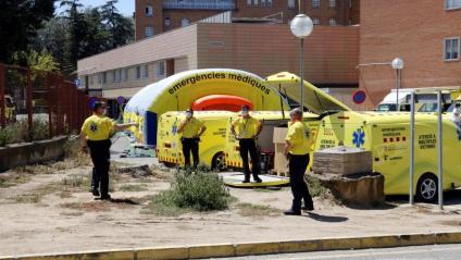 Personal del SEM munta un hospital de campanya, al costat de l'Arnau de Vilanova de Lleida