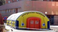 Imatge de la carpa instal·lada pel SEM a l'exterior de l'hospital Arnau de Vilanova, aquest dilluns a Lleida