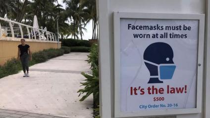 Un cartell recorda l'obligatorietat de dur mascareta, a Miami (Florida)