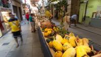 Un mercat de producte fresc al carrer, durant la Firagost de Valls